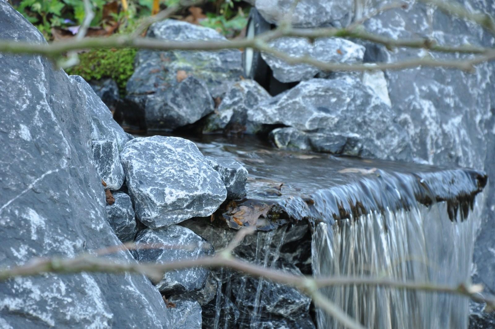 Door voor een natuurlijke afwerking te kiezen zoals Flagstones - zorgt u ervoor dat het vijverfolie niet meer in het zicht is.