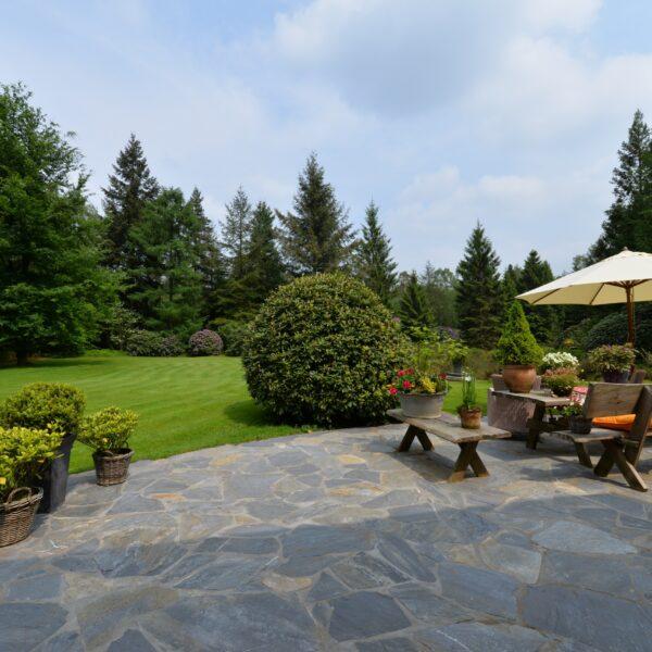 Aanleg van een natuurlijke tuin - terras met Flagstones.