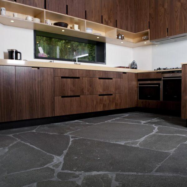 Alta Kwartsiet Flagstones. Toegepast in een riante keuken.