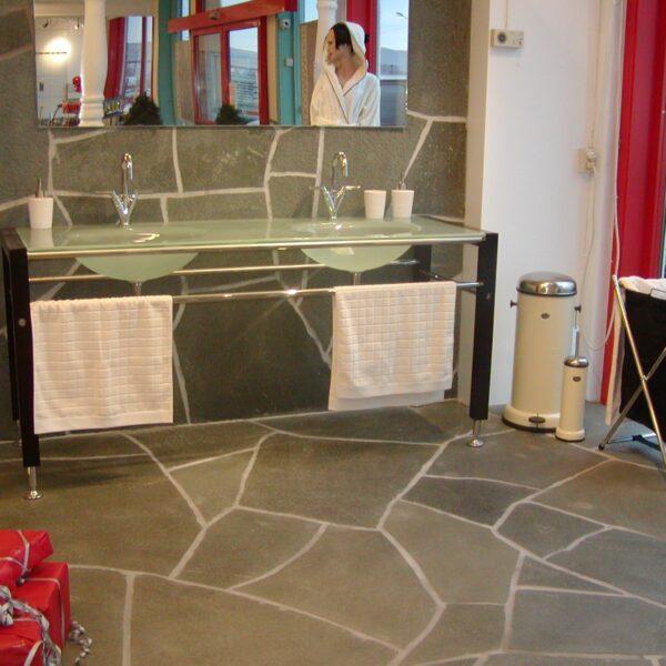 Badkamer met Flagstones Alta Kwartsiet.
