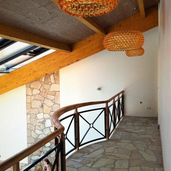 Ballustrade, balkon. De vloer is voorzien van Brasil Yellow Flagstones.
