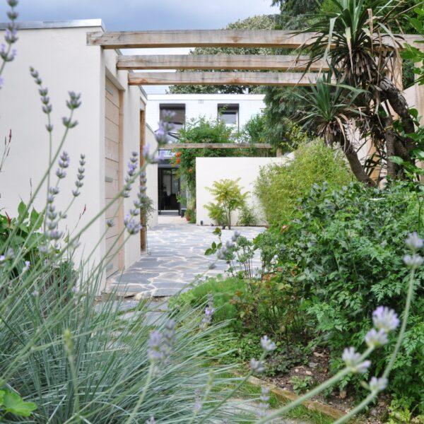 Bijzondere tuin met Natuursteen.