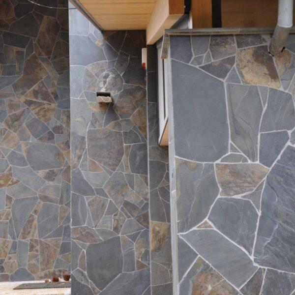 Wandbekleding Flagstones professioneel geplaatst.