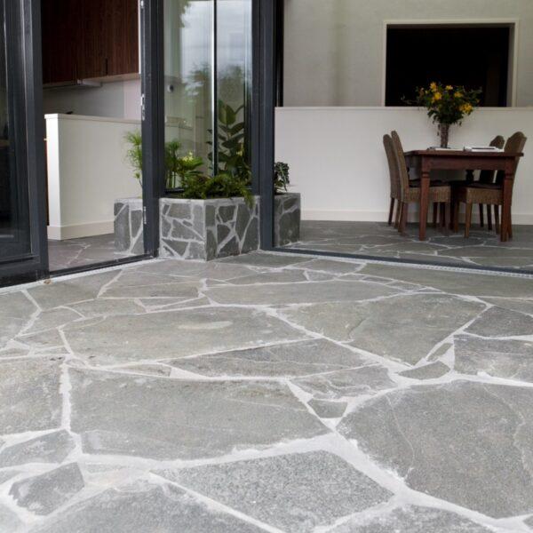 Alta Kwartsiet Flagstones afgevoegd met ARDEX GK grijs.