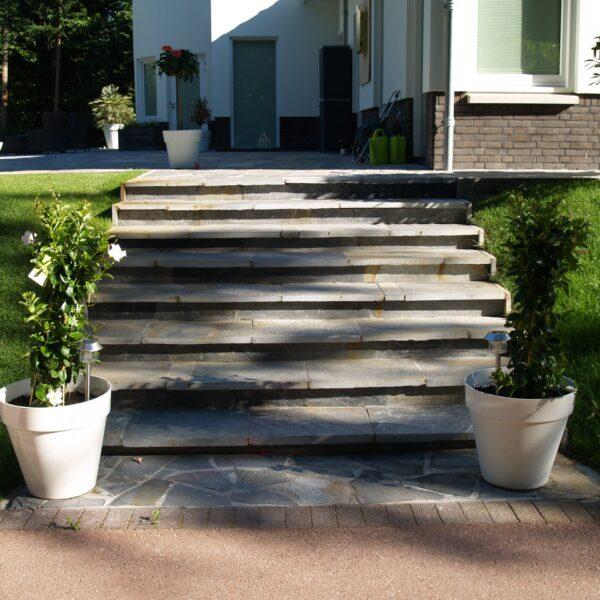 Blue Plakes gezaagd materiaal voor de trap. Blauw-grijze flagstones op het terras.