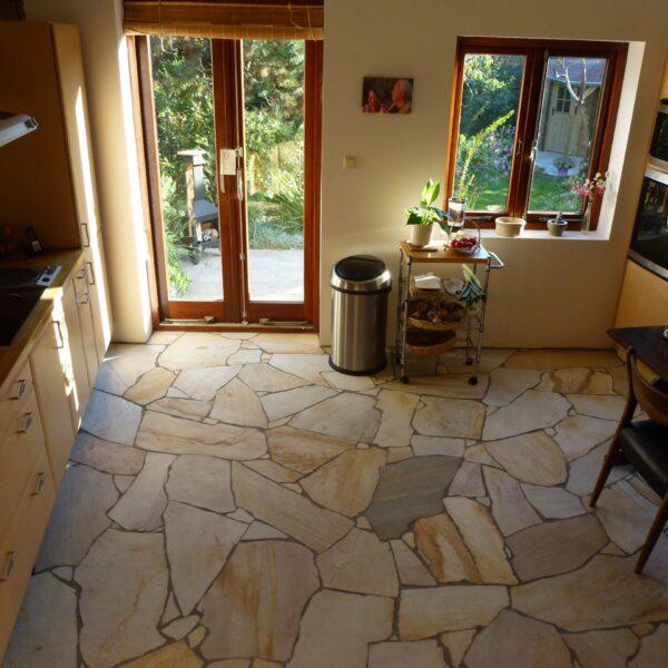 Brasil Yellow Flagstones toegepast in de keuken. Realisatie: Alex Koppelman