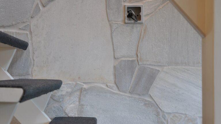 Flagstone muren wit-grijs.