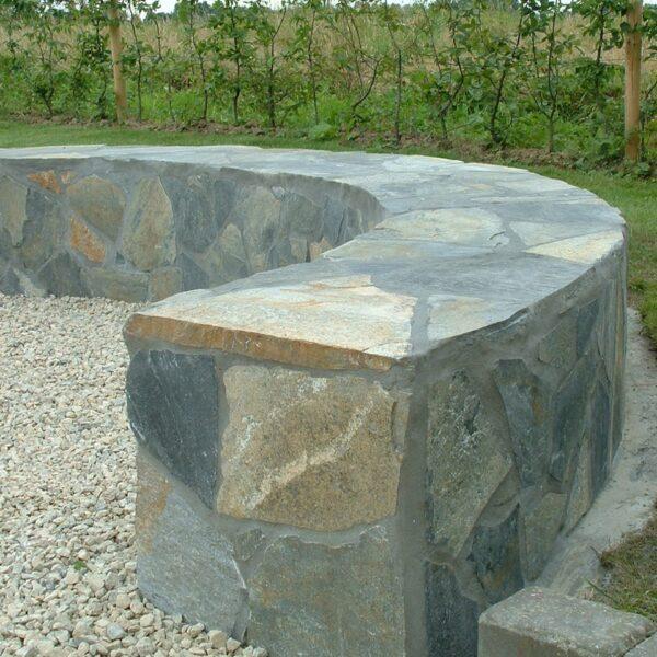 Blue Plakes Flagstones toegepast als Flagstone tuinbank.
