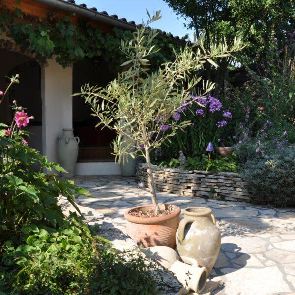 Flagstone mediterrane tuin: muurtjes en terras.