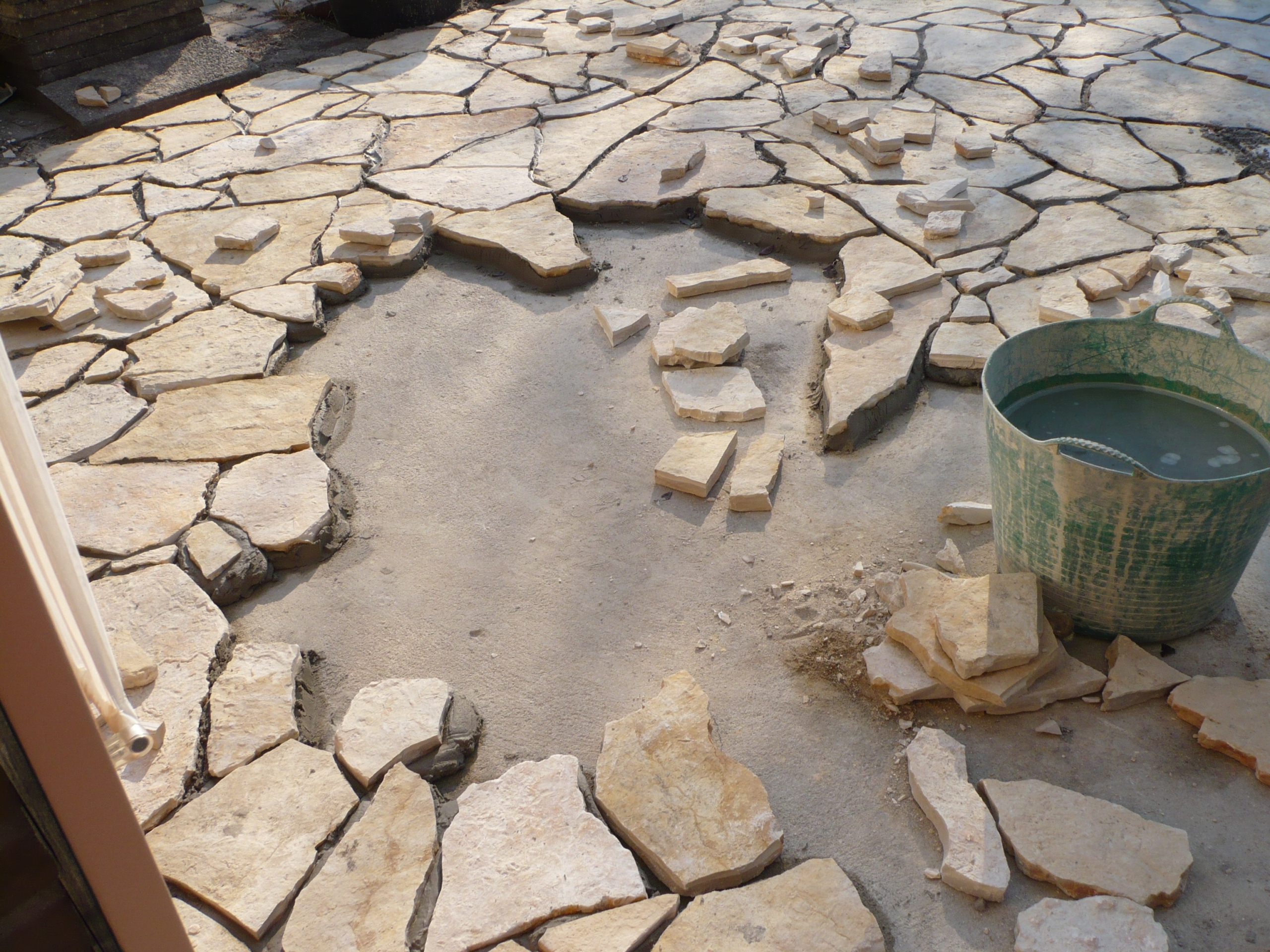 Yellow Saliq Flagstones plaatsen op een terras. De ondergrond moet vlak zijn om het werk goed te kunnen uitvoeren.