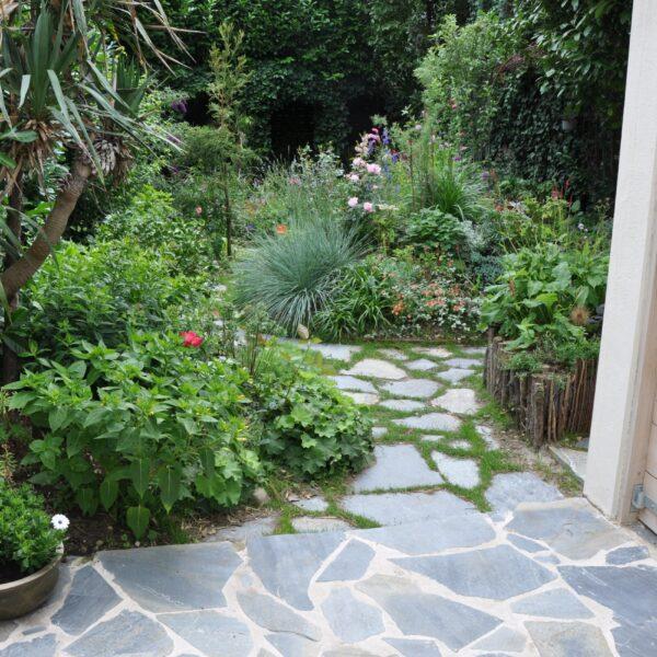 Flagstones vastgezet in cement en los in de tuin. L