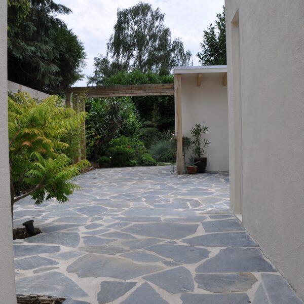 Flagstone vloer buiten in de tuin en binnen in kantoor.