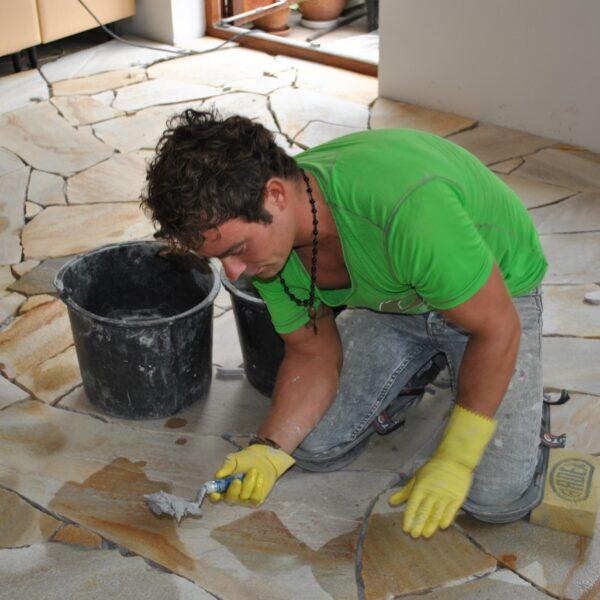 Flagstones voegen door Alex Koppelman - zelfstandige Flagstone-zetter.