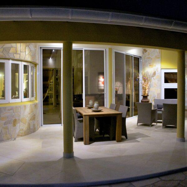 Ontwerp van Ronny Lobo - huis met Flagstonewanden. Foto copyright Monte Mare.
