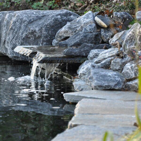 Natuursteen gebruikt als natuurlijke waterval - flagstones.