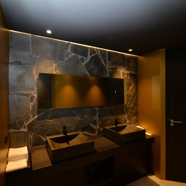 Flagstonemuur in de badkamer zorgt voor een natuurlijke uitstraling én veel sfeer.