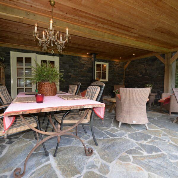 Flagstone bevloering bijgebouw en veranda - Blue Plakes Flagstones. Op de wanden Cascata GP Steenstrips.