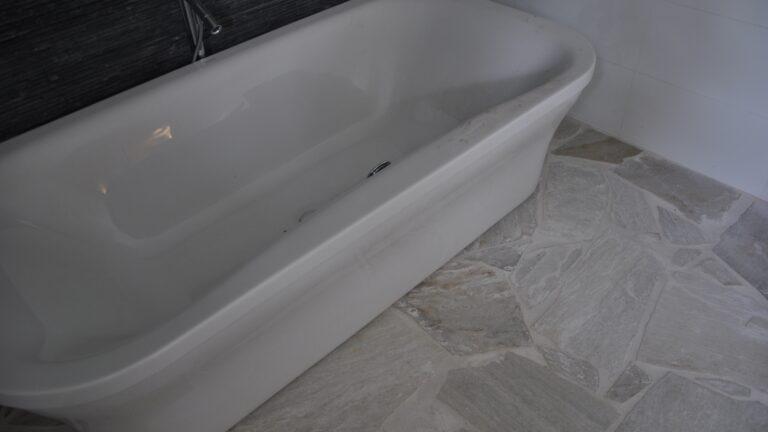 Badkamer in aanbouw. Flagstones Brasil White.