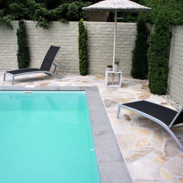 Flagstones bij het zwembad.