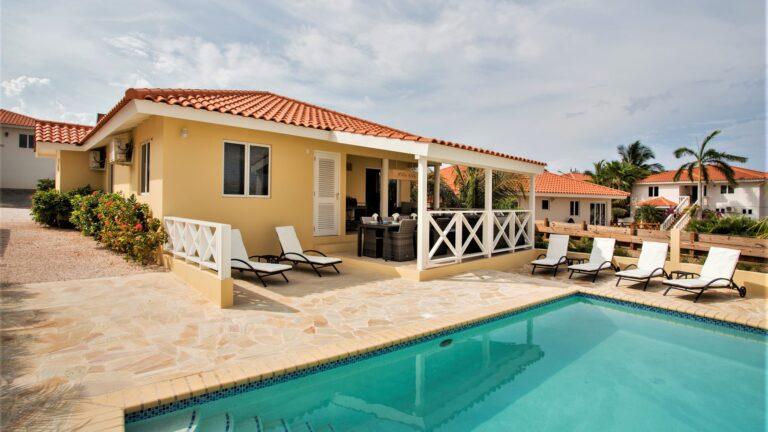 Flagstones bij het zwembad - Curacao.