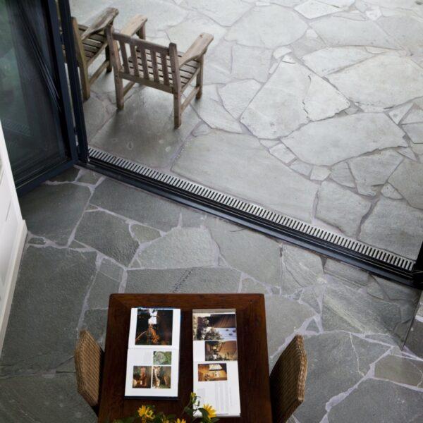 Flagstones Alta Kwartsiet binnen en buiten toegepast.