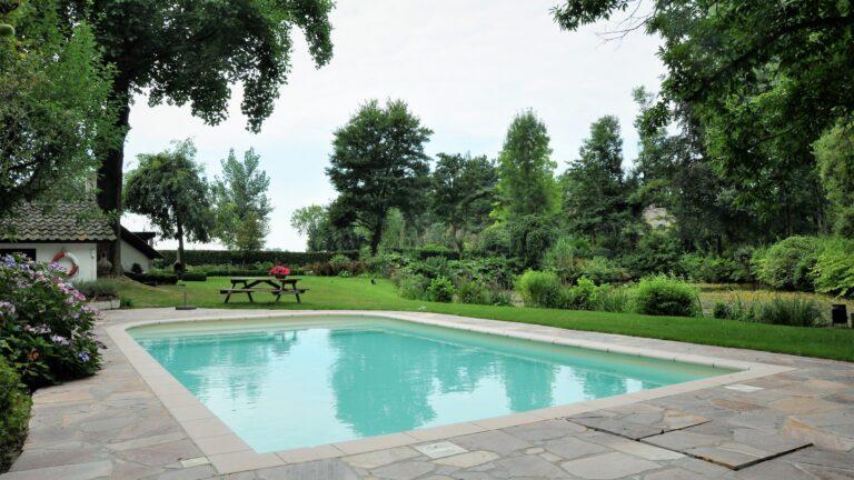 Flagstones buiten zwembad.