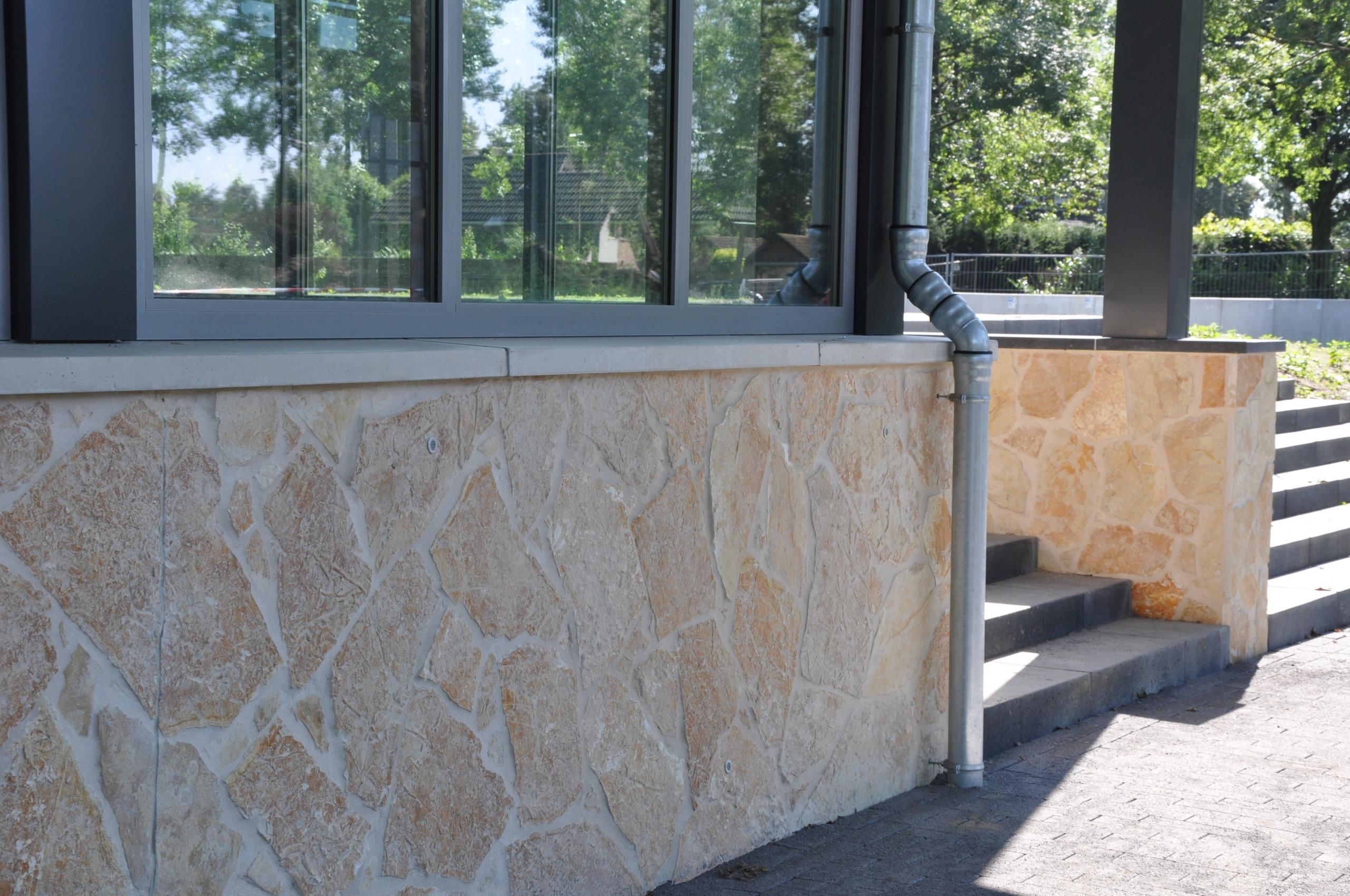 Flagstones bij Sporthal Amstelhoef in Oss.