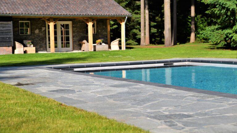 Flagstones Kavala bij het zwembad