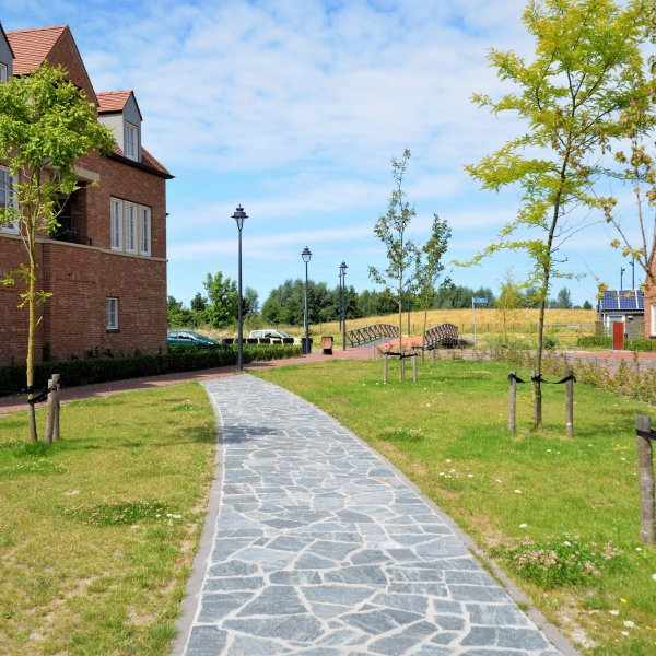 Flagstones looppad in openbaar landschap Tudorpark te Hoofddorp.