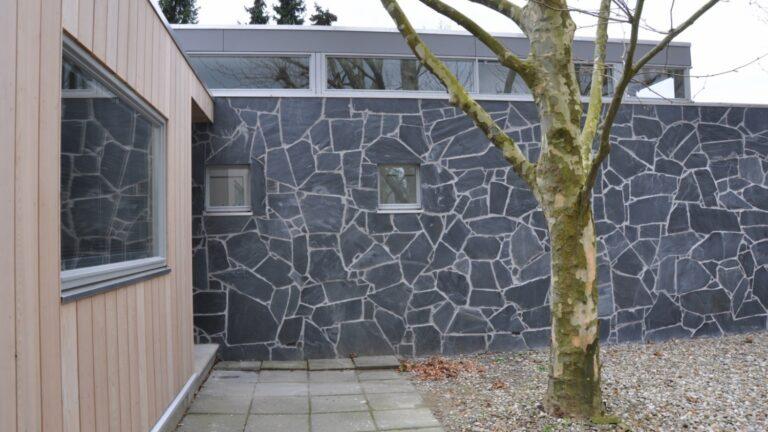 Lei Antraciet Flagstones verwerkt als wandbekleding van een woonhuis