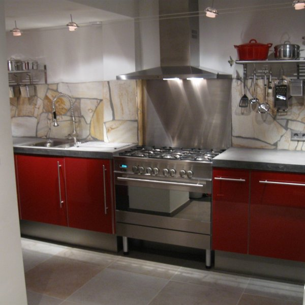 Flagstones toegepast als wandbekleding in de keuken.