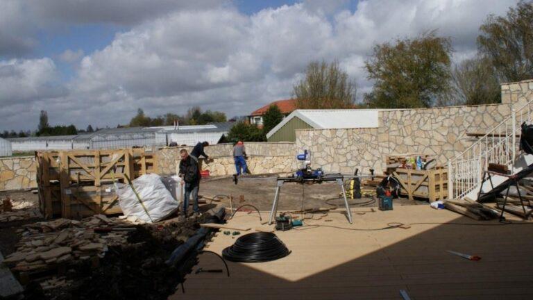 Kroatische flagstones, dikte 2-3 cm gezet door professioneel zetbedrijf - project van circa 100 m2.