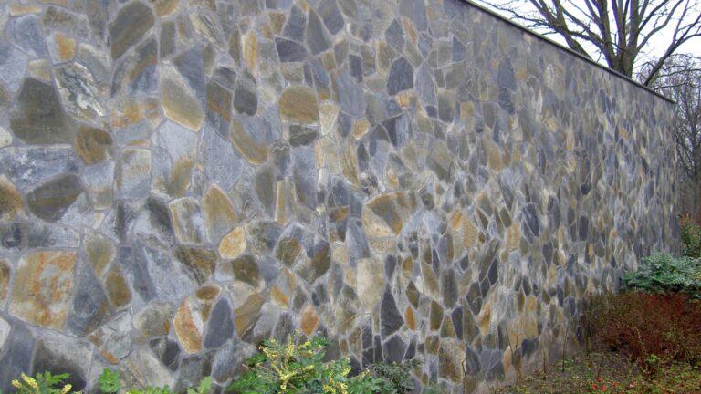 Flagstone Muur bij project Het Grote Bos - natgeregend.