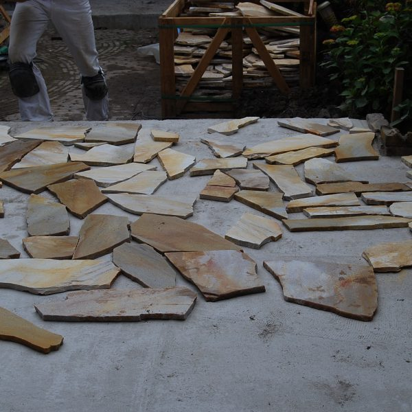 Flagstones uitleggen op de grond