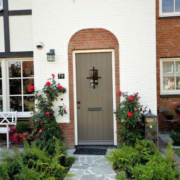 Flagstones entree woonhuis Tudor.