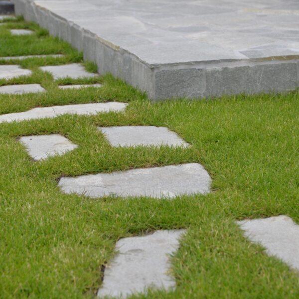 Kavala Flagstones zelf los leggen in de tuin.