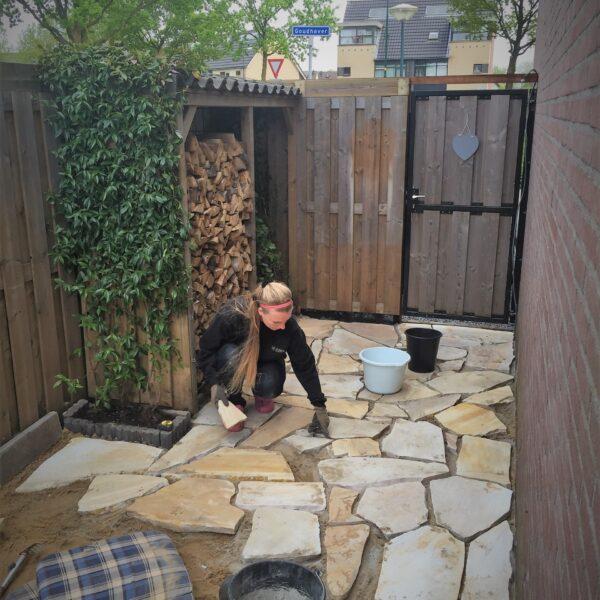 Zonnige Flagstones in de achtertuin.