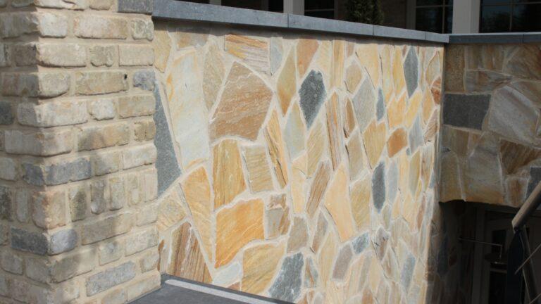 Wandbekleding: een mix van Brasil Yellow en Kavala Flagstones. Mediterrane villa!