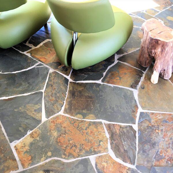 Grijze Natuurstenen vloer binnen met roesteffecten.