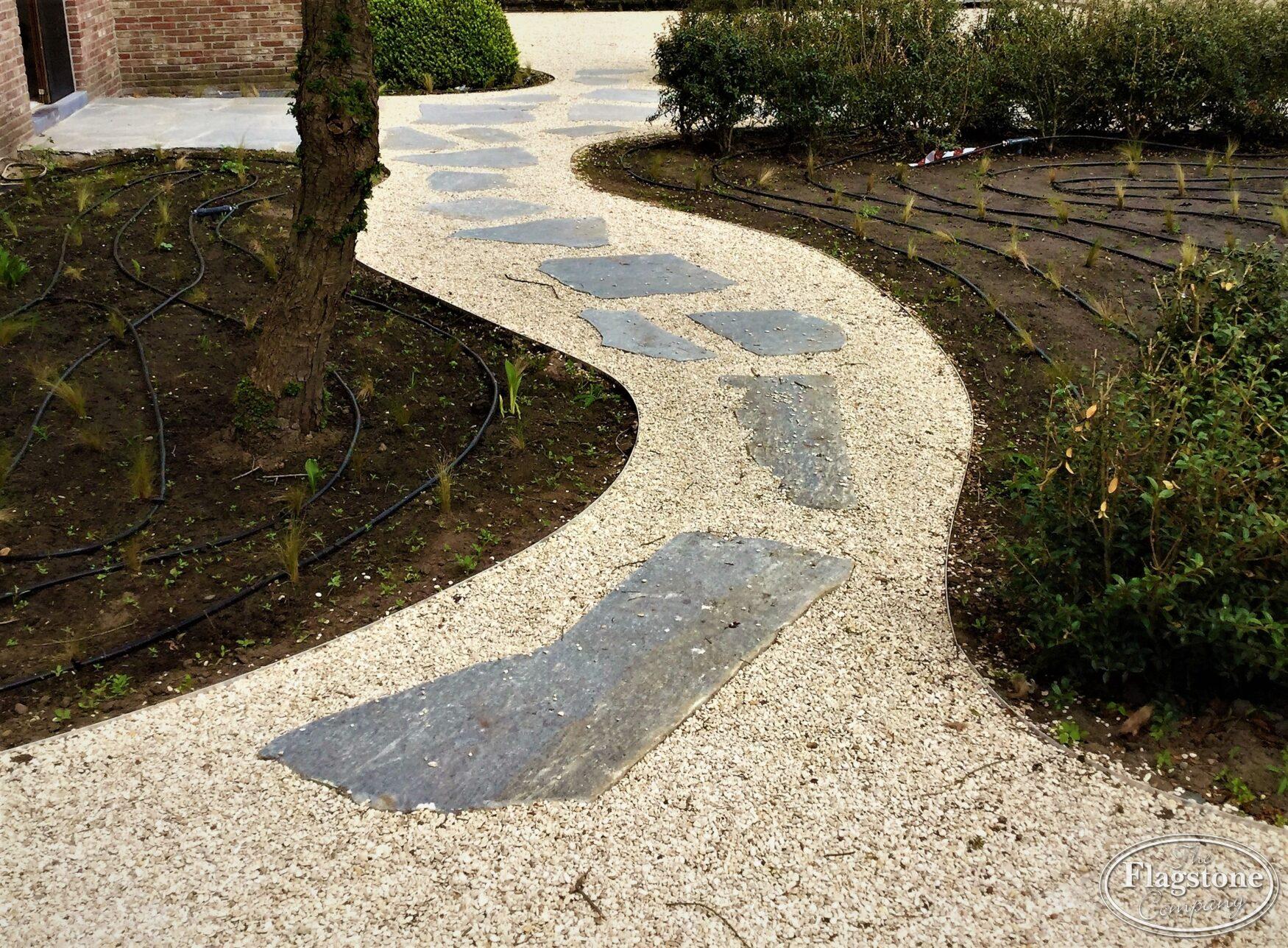 Grind Tuin Aanleggen : Stapstenen van flagstones met grind leggen in de tuin of in het