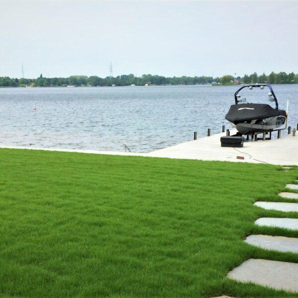 Grote Flagstones los in het gras.