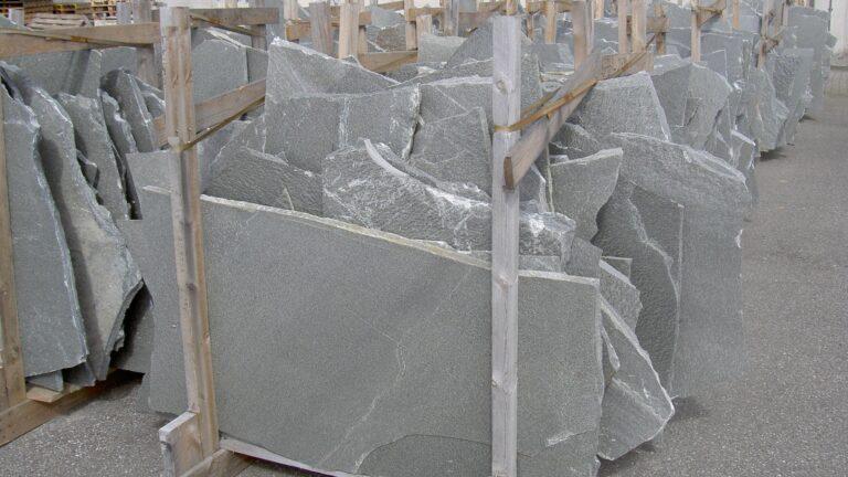 Grote Natuursteenpleten grijs.