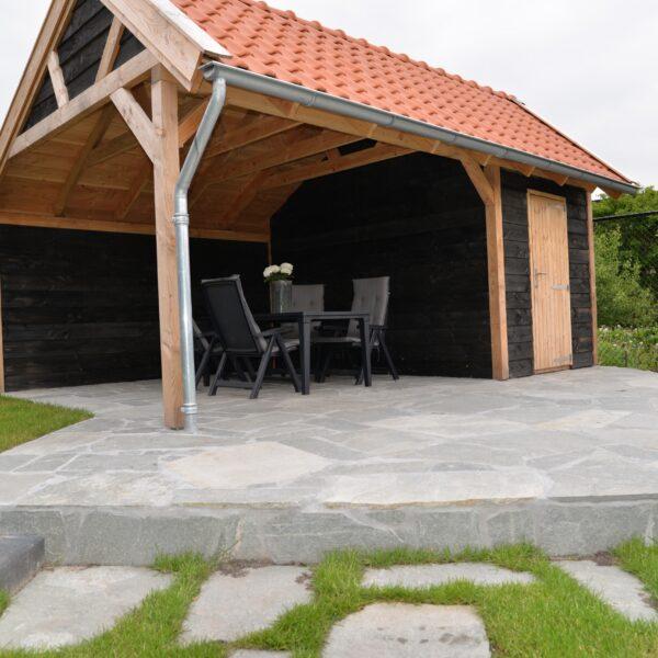 Kavala Flagstones op het terras en bij de veranda.