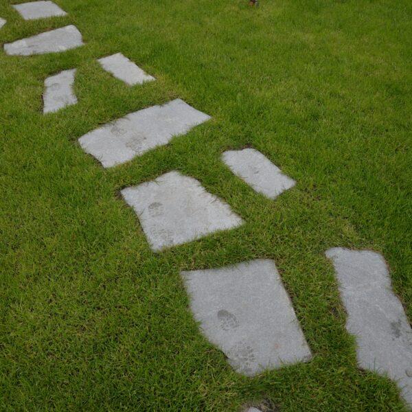 Flagstones los in het gras - Kavala Flagstones.