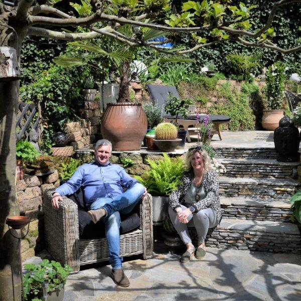 Kyra en Jeroen, samen genietend in de tuin.