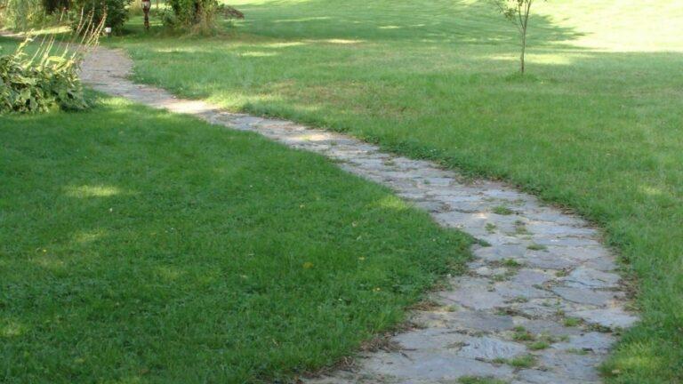 Looppaden met gebroken Natuurstenen.