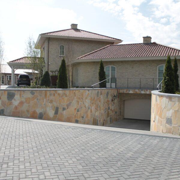 Mediterrane villa met tuinmuren gebouwd met Natuursteen - Flagstones.
