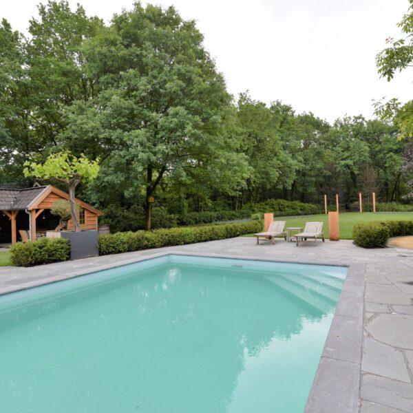 Natuurlijke tegels rondom het zwembad.