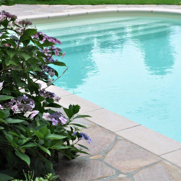 Natuurlijke tegels rondom zwembad.