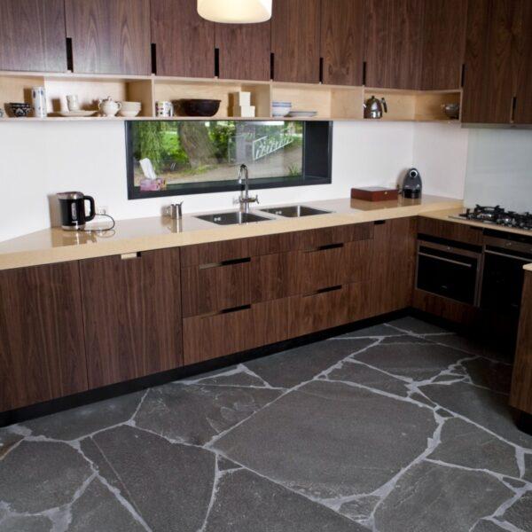 Flagstones Alta Kwartsiet. Antracietkleur. Zeer goed te combineren met diverse houttinten, zoals u kunt zien op de foto.